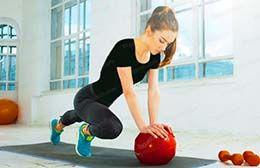 چربی سوزی شکم با توپ ؛ حرکات ورزشی ساده در خانه